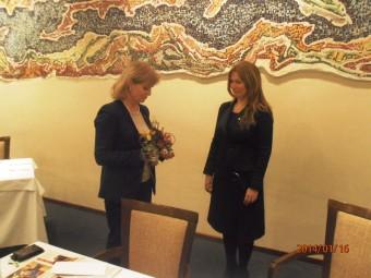 Predsjednica Lions kluba Rijeka, Olga Šober, u znak zahvale za odlično predavanje o bioterapiji uručila je prekrasno cvijeće Marini Tauković